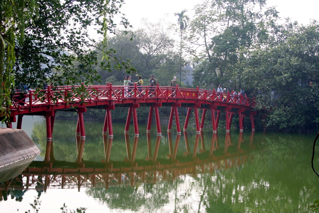 Hoan_kiem_lake_huc_bridge_hanoi_2007_01